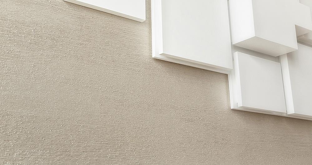 <b>Техника нанесения - &quot;Испанская гребенка&quot;</b><span>В оформлении использована декоративная штукатурка VIVALDI VIVASTYLE ZERO 4 от ТМ La Calce Del Brenta</span>
